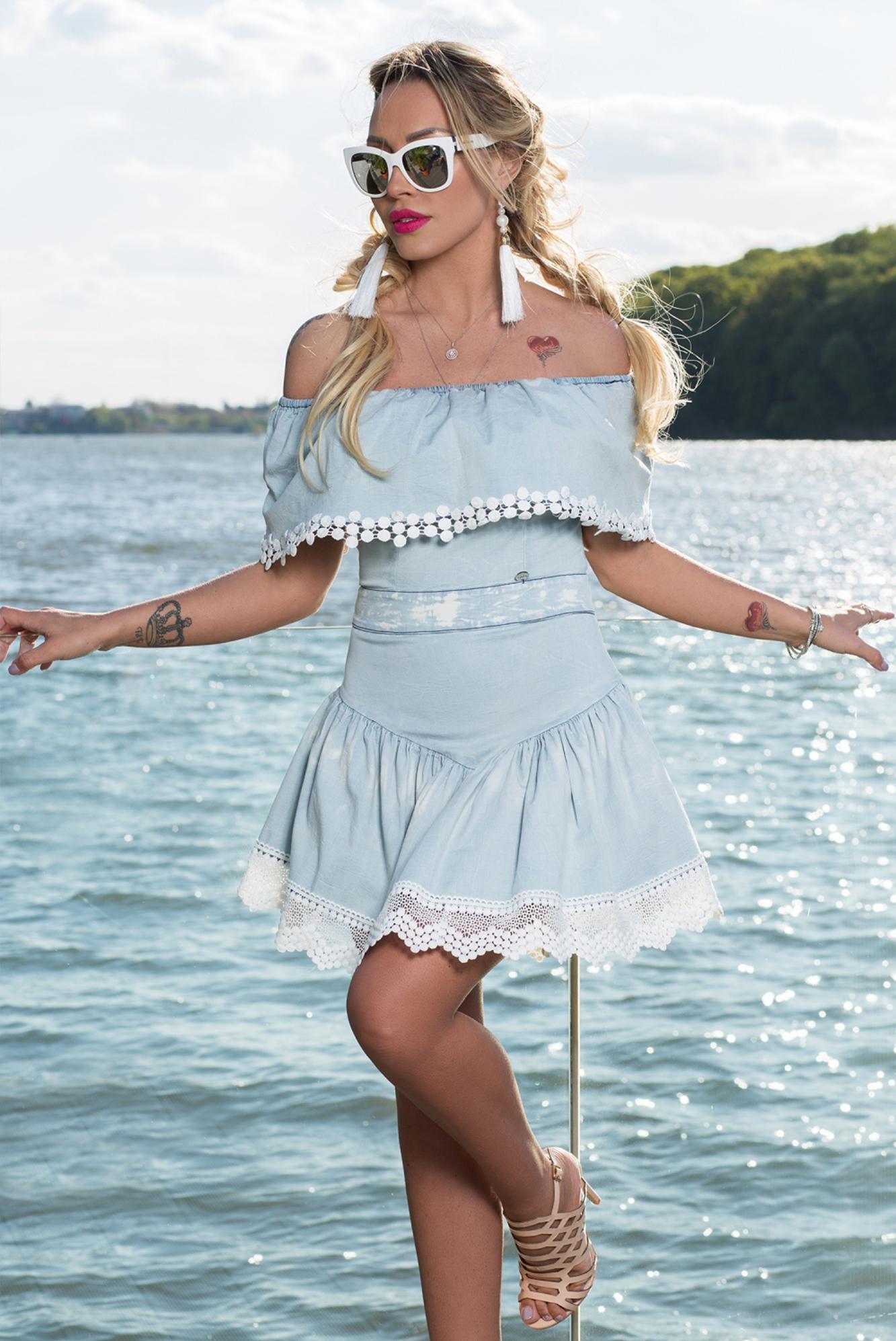 2b6d63e47c Dámske svetlé riflové šaty Foggi s krajkou - S odporúčame pre XS ...